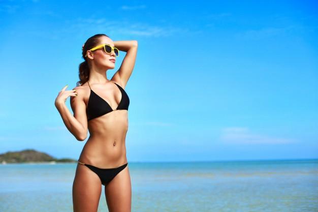 mujer-atractiva-en-bikini-disfrutando-de-un-dia-soleado_1140-339.jpg